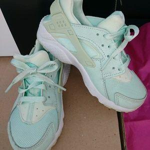Very nice Nike Hurache. Mint green